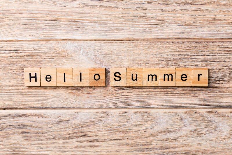 Bonjour mot d'été écrit sur le bloc en bois Bonjour texte d'été sur la table en bois pour votre desing, concept image stock