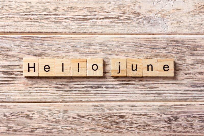 Bonjour mot de juin écrit sur le bloc en bois Bonjour texte de juin sur la table, concept photo stock