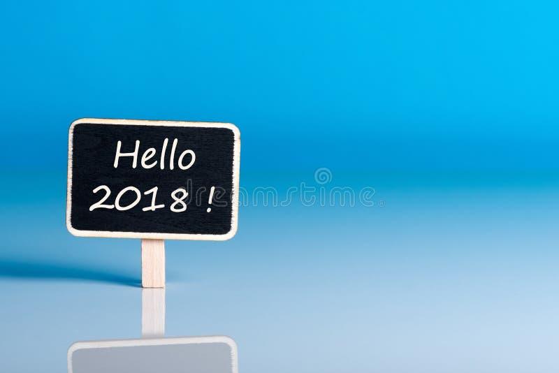 Bonjour 2018 nouvelles années - textotez sur peu d'étiquette au fond bleu avec l'espace vide pour la carte, maquette image libre de droits