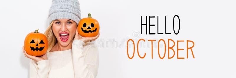 Bonjour octobre avec la femme tenant des potirons photographie stock libre de droits