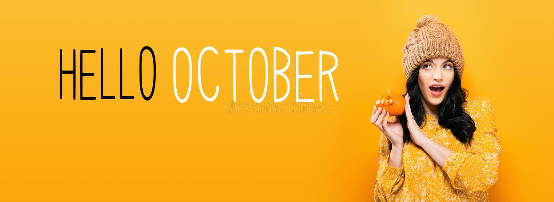 Bonjour octobre avec la femme tenant un potiron photo stock