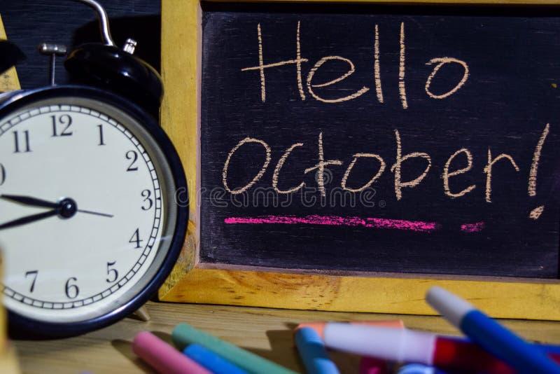 Bonjour octobre sur manuscrit coloré d'expression sur le tableau noir photos libres de droits