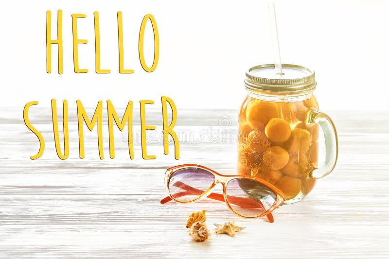 Bonjour texte d'été, concept de vacances jus jaune de cocktail avec images libres de droits