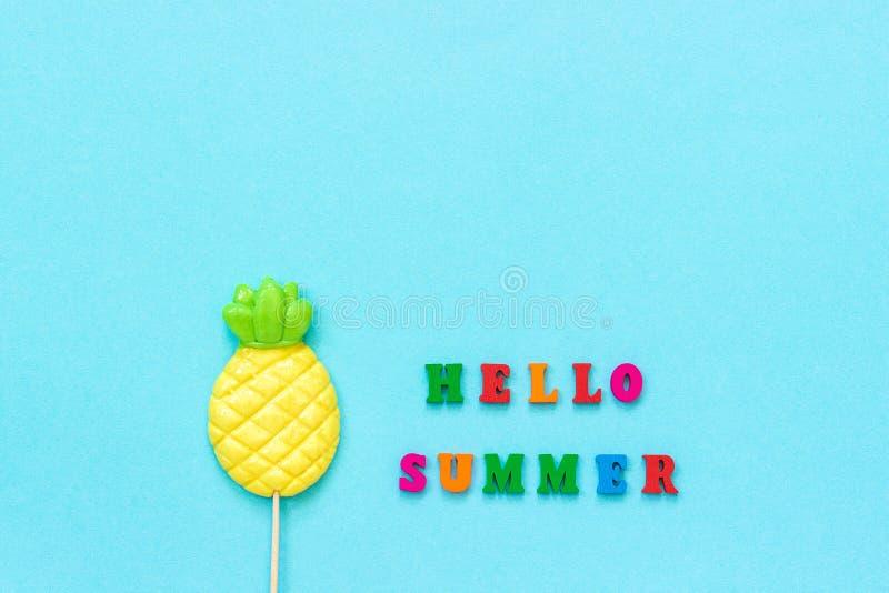 Bonjour texte d'été des lettres colorées, lucette d'ananas sur le bâton sur le fond de papier bleu Vacances ou vacances de concep photos stock
