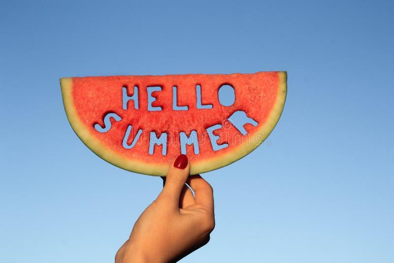 Bonjour texte d'été sur la pastèque photo libre de droits