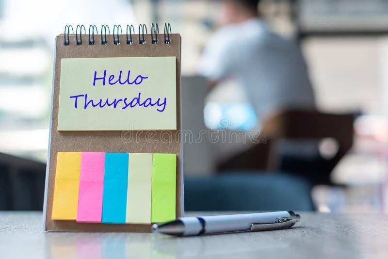 Bonjour texte de jeudi sur le papier de note ou calibre vide de rappel sur la table en bois Nouveau concept de début de nouveau b images stock