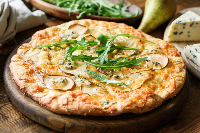Bonkreta i błękitna serowa pizza garnirujący z świeżym arugula, zbliżenie widok obraz royalty free