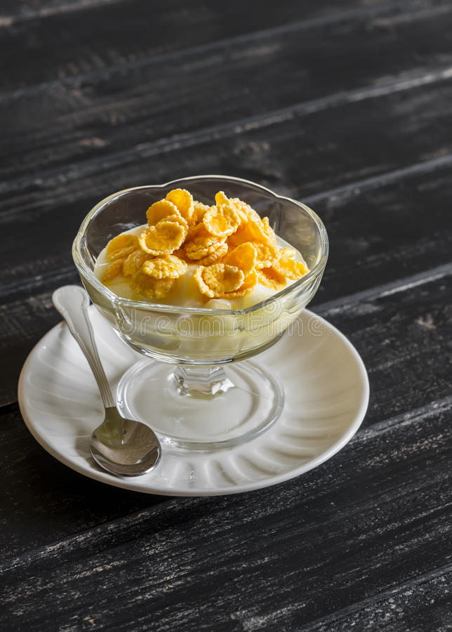 Bonkreta z naturalnym jogurtem, kukurydzanymi płatki, miód, śniadanie i przekąska, - wyśmienicie deser, obrazy royalty free