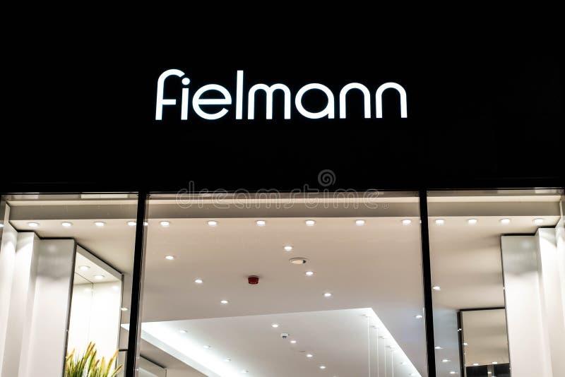 BONN, DUITSLAND 17 12 2017 Fielmann-winkelsignage embleem - Fielmann AG is een Duits opticabedrijf die zich op kleinhandels eyewe stock afbeelding