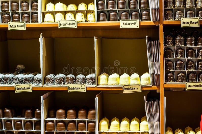 Bonn Niemcy 17 12 2017 bożych narodzeń wprowadzać na rynek w starym miasteczku Sprzedaje tradycyjnych cukierki Koblenz obrazy stock
