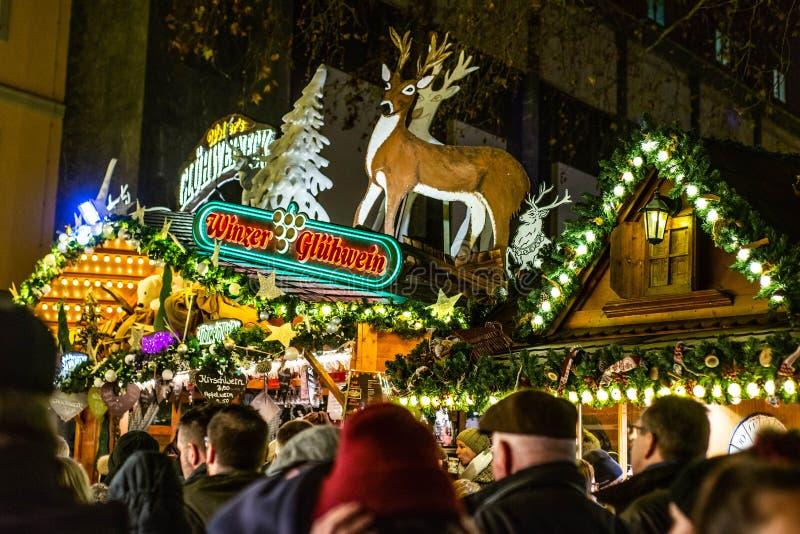 Bonn Niemcy 17 12 2017 prętowy sprzedawanie rozmyślający wino na Tradycyjni boże narodzenia wprowadzać na rynek nocą fotografia stock