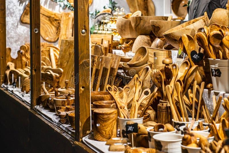 Bonn Niemcy 17 12 2017 sklepowego sprzedawania Drewniany działanie i dekoracj boże narodzenia, robić drewnianym kuchennym narzędz zdjęcie stock