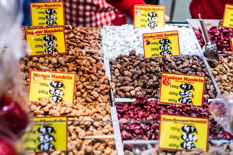Bonn Tyskland 17 12 2017 jul marknadsför i den gamla staden av Koblenz som säljer traditionella sötsaker royaltyfri foto