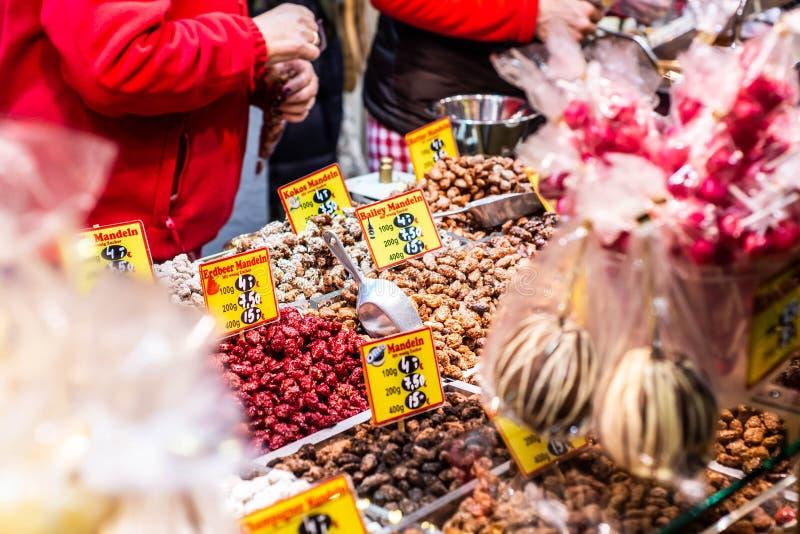 Bonn Tyskland 17 12 2017 jul marknadsför i den gamla staden av Koblenz som säljer traditionella sötsaker royaltyfri bild