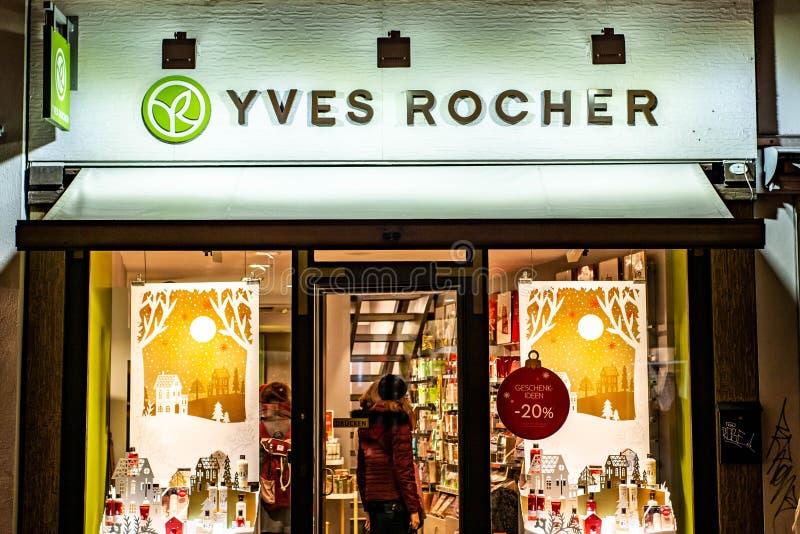 BONN TYSKLAND 17 12 2017 personer besöker Yves Rocher det kosmetiska lagret Yves Rocher grundades i 1959 royaltyfri bild