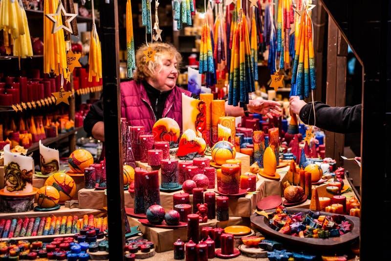 Bonn Tyskland 17 12 2017 romantiska tyska jul marknadsför med upplyst shoppar för färgrika stearinljus - undersöka tillverkaren royaltyfri foto