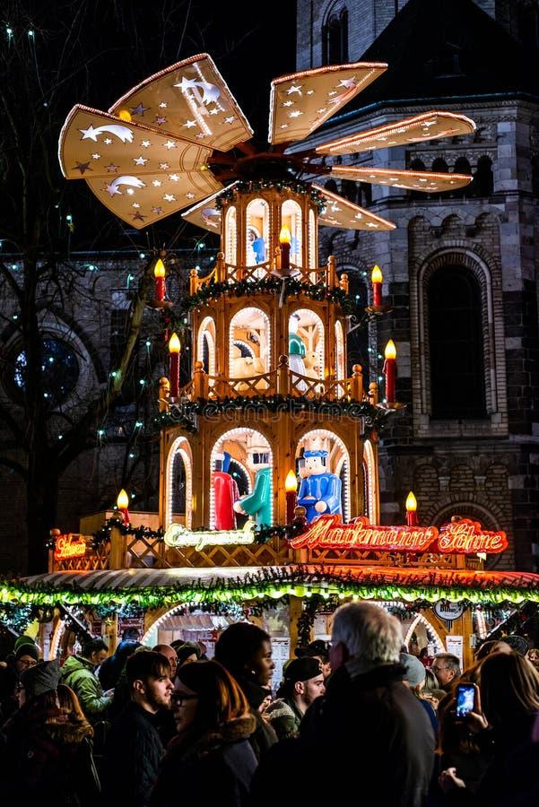 Bonn Tyskland 17 12 stång som 2017 säljer funderat vin på traditionell jul, marknadsför vid natt royaltyfria bilder