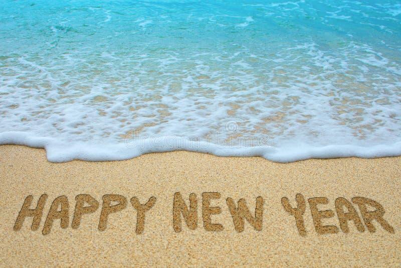 Bonne année écrite sur la plage sablonneuse photo libre de droits