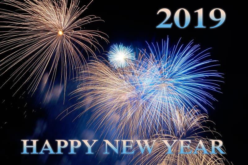 Bonne année bleue 2019 de lettres et flashes des feux d'artifice photographie stock