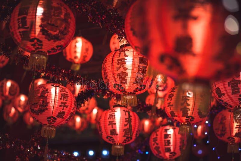 Bonne année chinoise rouge des textes d'hiéroglyphe de lanternTranslation accrochant dans une rangée pendant le temps de jour pou image stock