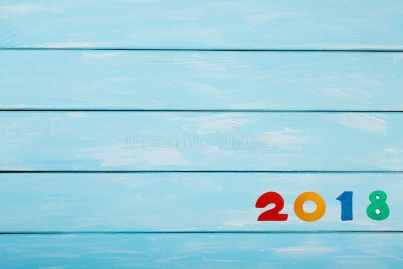 Bonne année 2018 de vrais chiffres en bois sur le fond en bois bleu en pastel Calibre gentil pour votre projet de Noël ou de nouv image stock