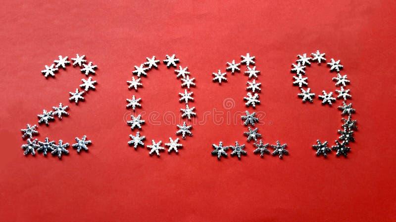 Bonne année 2019 faite d'étoiles sur un fond rouge photos stock