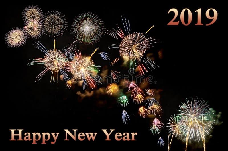 Bonne année rouge 2019 de lettres et flashes des feux d'artifice images libres de droits