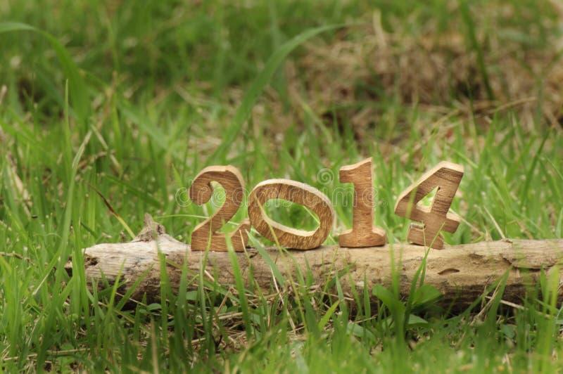Bonne année 2014 sur des herbes dans le jardin photographie stock