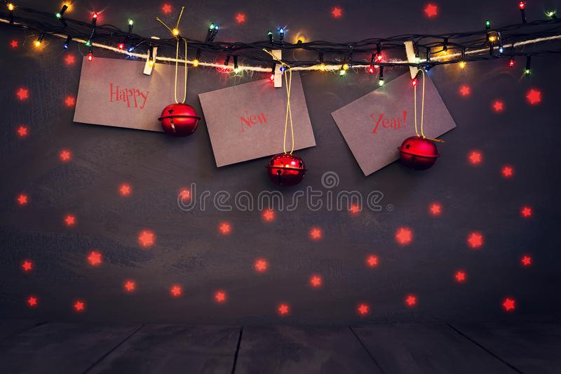 Bonne année sur le papier avec une pince à linge, accrochant sur une corde sur un fond en bois foncé Carte de voeux avec un nouve images libres de droits