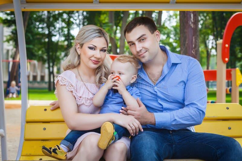 Bonne famille marchant en parc photos stock