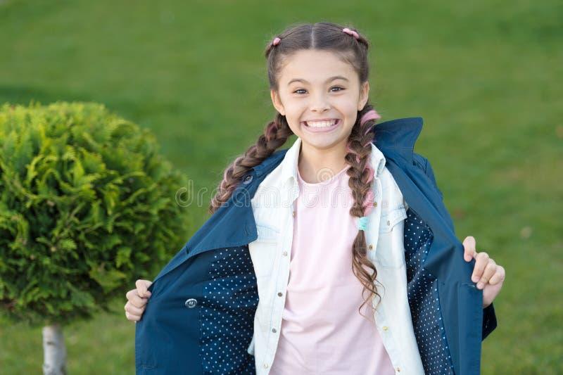 Bonne humeur Temps d'automne Arbre de Cypress Enfant heureux avec le thuja Enfant positif Peu fille avec la coiffure à la mode Re photos libres de droits