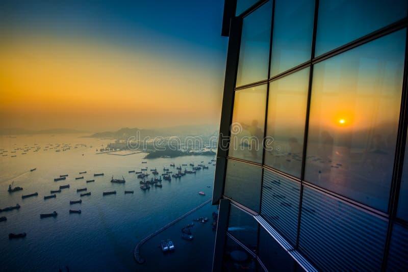 Bonne vue sur le bâtiment célèbre de voyage en Hong Kong tandis que coucher du soleil images stock