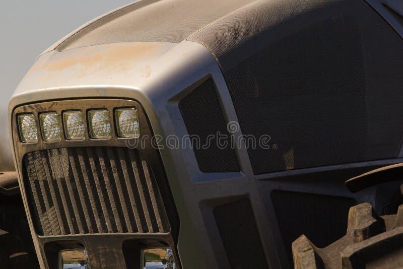 bonnet van het close-up de grijze metaal van tractor en groot wiel royalty-vrije stock afbeeldingen