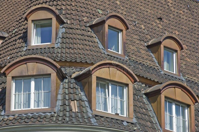 Bonneted Dormerfenster und mit Ziegeln gedecktes Dach lizenzfreies stockbild