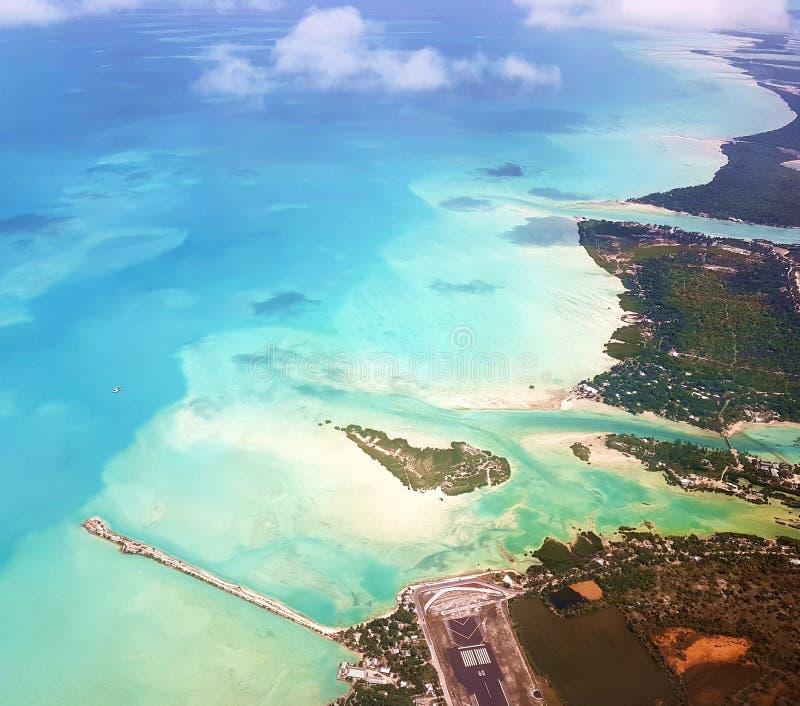 Bonriki flyg- sikt, Kiribati royaltyfria bilder