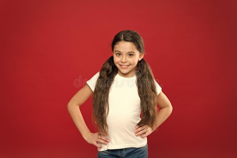 Bons cheveux fabuleux se sentants Joli sourire de fille avec la nouvelle coiffure Fille heureuse avec la coiffure ?l?gante de que images libres de droits