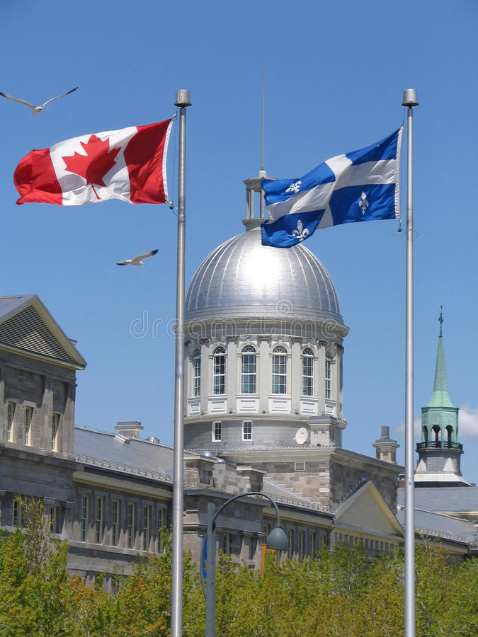 Bonsecours marknad mellan flaggor av Quebec och Kanada royaltyfria foton