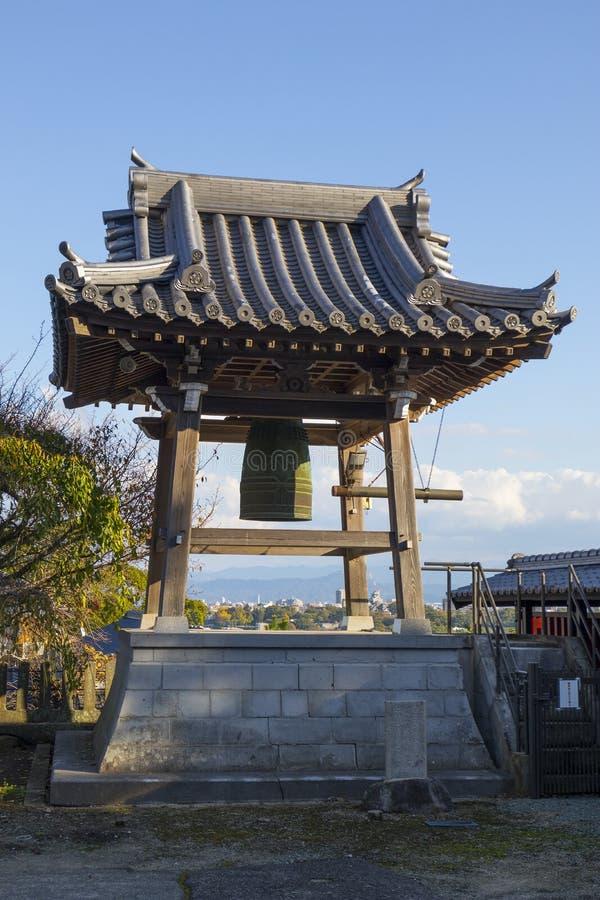 Bonsho buddistisk klocka, en stor tempelklocka på jordningen av den Honmyo-ji templet royaltyfri bild