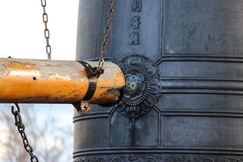 Bonsho, cloche en bronze japonaise, échelon pour la bonne chance et cérémonie sacrée photographie stock