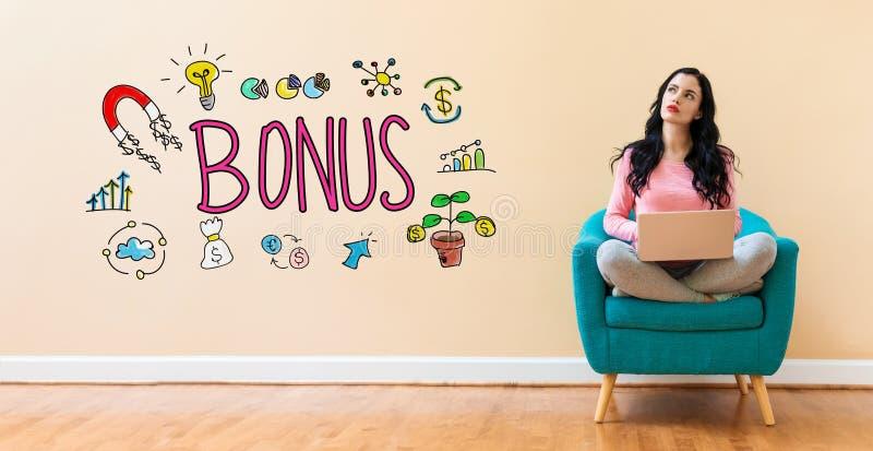 Bonus met vrouw die laptop met behulp van royalty-vrije stock foto