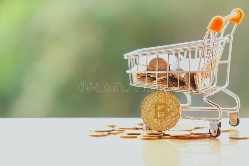 Boodschappenwagentje en bitcoin stock afbeeldingen