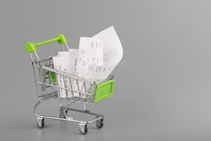 Boodschappenwagentje met ontvangstbewijs, concept voor kruidenierswinkeluitgaven en consumentisme royalty-vrije stock fotografie