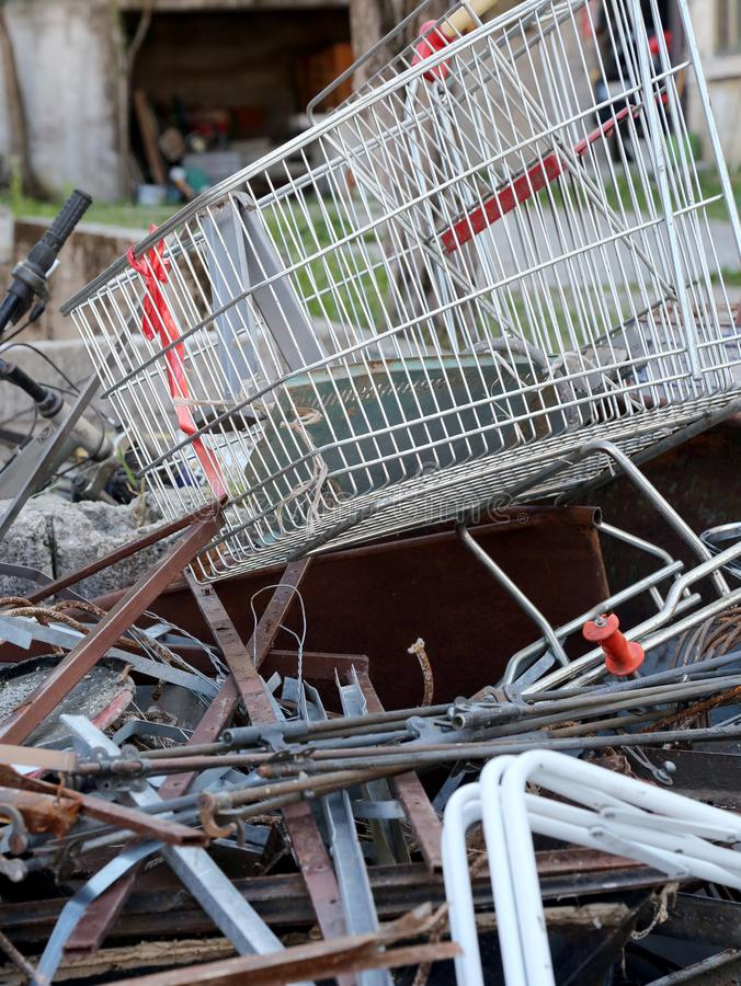 boodschappenwagentje in recycling van materiaal voor verwijdering royalty-vrije stock foto's