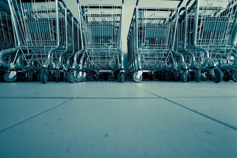 Boodschappenwagentjes in supermarkt stock afbeelding