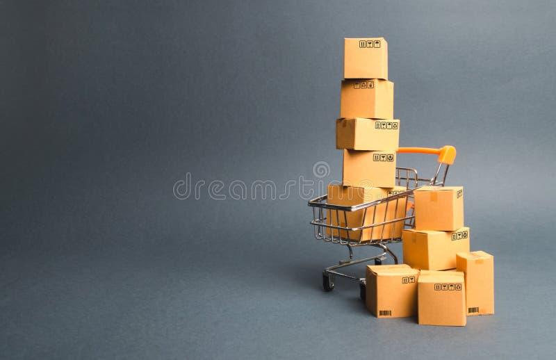 Boodschappenwagentjesupermarkt met dozen Verkoop van producten De conceptenhandel die, online winkelen Koopkracht, leveringsbon royalty-vrije stock afbeelding