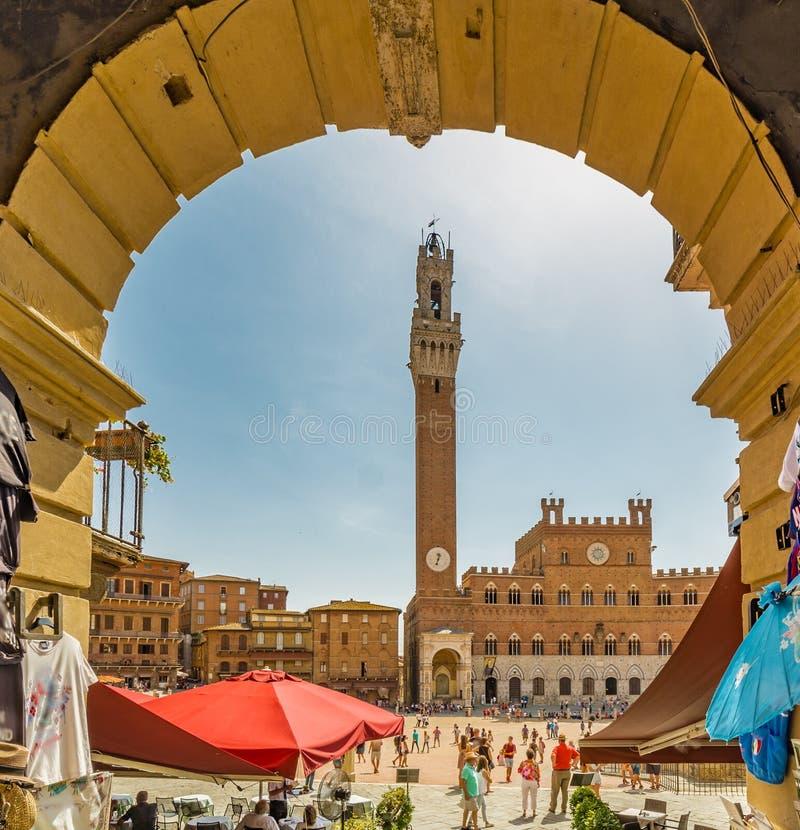 Boog aan hoofdvierkant in Siena stock afbeelding