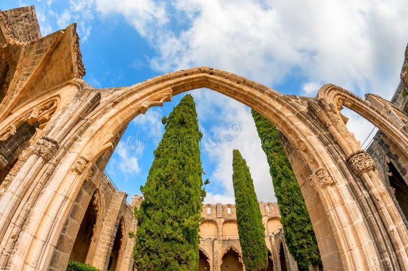Boog en kolommen bij Bellapais-Abdij Kyrenia cyprus royalty-vrije stock afbeelding