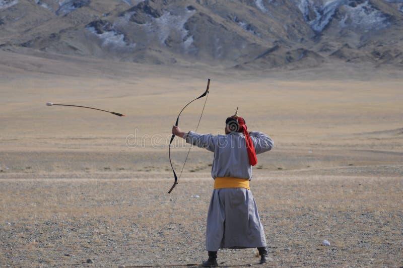 Boog en pijlwedstrijd tijdens het gouden adelaarsfestival in Mongolië stock afbeeldingen