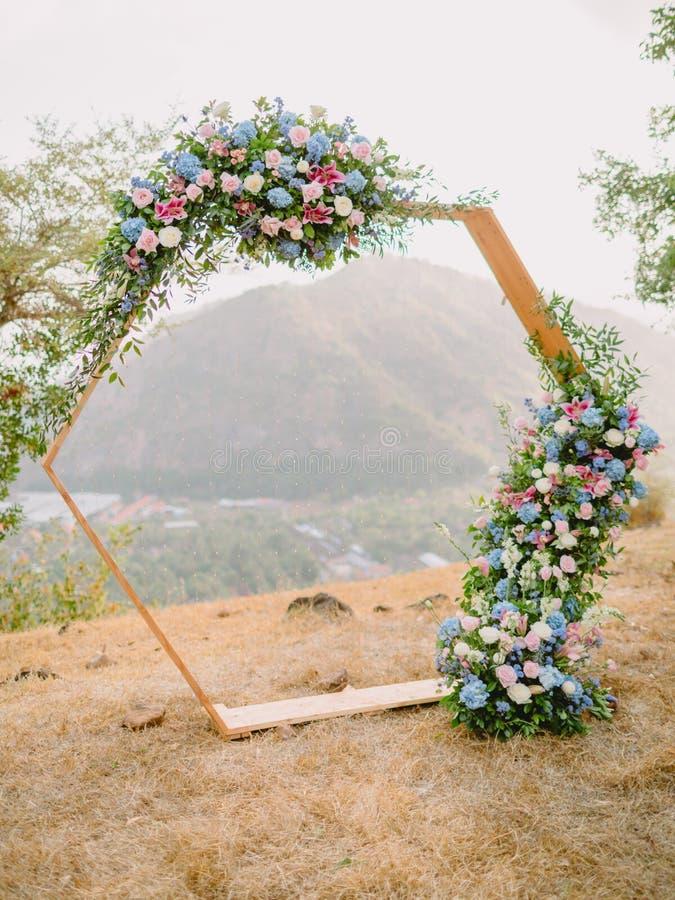In boog met mooie bloemen De ceremonie van het huwelijk stock fotografie