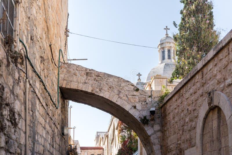 Boog over de straat bij de ingang aan Kerk van de Veroordeling en de Heffing van het Kruis dichtbij Lion Gate in Jeruzalem, royalty-vrije stock afbeeldingen